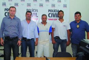 Equipe da PC de Manhuaçu apresenta Elucindo, após prisão no bairro Santa Luzia.