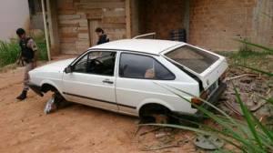 Autores chegaram a retirar as rodas e mais alguns itens do veículo.