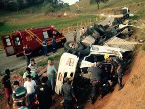 O condutor foi imobilizado e encaminhado ao serviço de saúde de Lajinha; ele sofreu apenas escoriações leves.