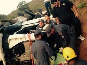 Carreta saiu da pista e capotou; veículo estava transportando 550 sacas de café.
