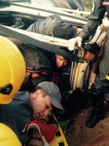 O condutor Francislei Leal, de 37 anos ficou preso às ferragens e foi socorrido pelo Corpo de Bombeiros.