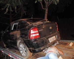 Astra  desceu uma ribanceira, colidindo em uma árvore e, em seguida caiu em um buraco; veículo ficou muito danificado.