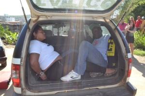 Casal foi interceptado pela PM e preso por tráfico de drogas; homem já tem passagens pela polícia.