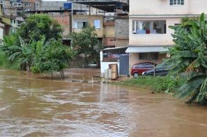 Com a chuva, nível do rio Manhuaçu subiu assustadoramente, o que aumenta o risco da população ribeirinha.