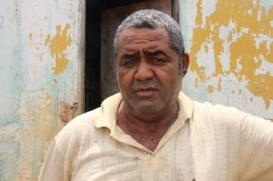 Palmerino Vitorino, morador da rua Bom Jesus, relata como é difícil acesso de carros e inclusive sair de casa quando chove.