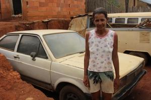 Dona Maria Aparecida Neves possuí um carro, mas não consegue tirá-lo da garagem devido as condições da rua.