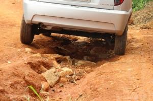 Veículo do jornal teve muita dificuldade de acesso nas ruas e chegou a ficar preso em um dos buracos.