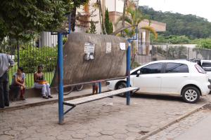 Abrigos de ônibus, bem como lixeiras e banheiros públicos, são alguns dos alvos de depredação da cidade.