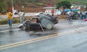 Veículo ficou destruído; acidente foi registrado na BR-116, próximo ao posto Timbozão.