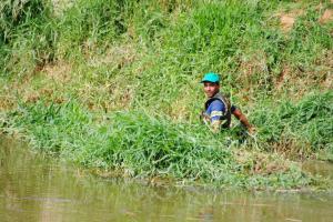 Mato acumulado na beira do rio também está sendo cortado.