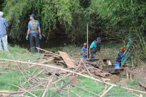– Trabalhadores do SAMAL estão catando resíduos e entulhos jogados no rio.