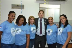 Alex Barbosa e as profissionais  da  Secretaria  de  Saúde  de  Manhuaçu.
