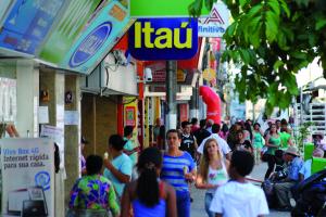 """""""Saidinha de banco"""" e demais furtos e rubos próximo a área comercial é comum nesta época do ano; população também deve se prevenir, alerta a PM."""