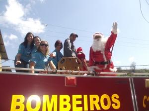 Passeio do Papai Noel no carro dos Bombeiros pela cidade até a chegada ao Engenho da Serra.