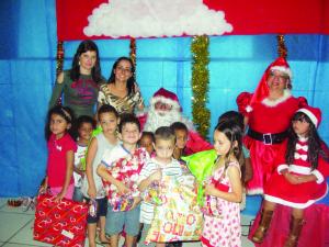 Crianças  da Escola Municipal de Educação Infantil Monteiro Lobato receberam a visita do bom velhinho.