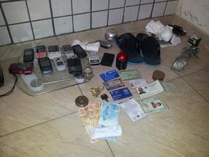 Aparelhos eletrônicos e diversos celulares foram encontrados na residência do menor; suspeita de participação no tráfico de drogas.