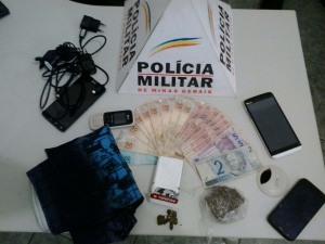 Quatro celulares, quantidade dinheiro ainda inexplicada, tablete de maconha e pequenas porções da droga foram encontrados.