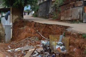 O trecho que já apresentava rachaduras caiu, trazendo risco a quem mora e transita no local e impedindo a passagem de veículos na rua.