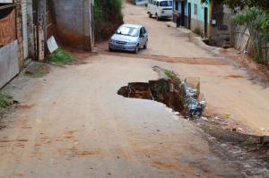 Parte da rua cedeu a mais de três meses; nenhuma providência da Secretaria de Obras.
