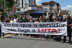 Faixas enfatizando que os servidores irão lutar pela derrubada do Decreto e demais reivindicações foram levantadas pelos manifestantes; dizeres também pediam a valorização do servidor.