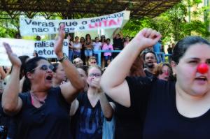 De preto e com nariz de palhaço, servidores entoavam gritos de protesto ao Decreto 657.