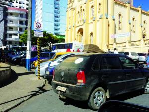 Condutores reclamam da dificuldade em estacionar e da má sinalização no trânsito na cidade.