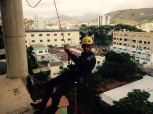 Rapel é um dos treinamentos de salvamento nas alturas o qual os novos bombeiros tiveram que realizar.