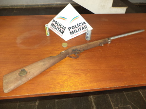Espingarda polveira foi apreendida na propriedade do acusado.
