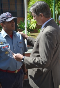 Prefeito Nailton Heringer na entrega do certificado ao bombeiro militar, sargento Dias, um dos destaques do ano no Pelotão.