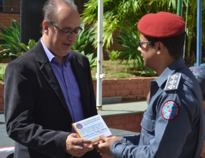 Vereador Fernando Lacerda ao receber das mãos de capitão Washington o certificado de destaque civil.