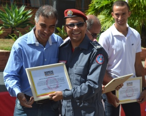Outro membro da imprensa a receber o certificado pelo apoio aos bombeiros, o repórter Jailton Pereira.