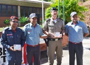 Tenente coronel Sérvio Túlio e capitão Washington recebem certificado das mãos de sargento Izaias e Cleber Marcílio.