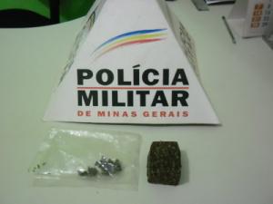 Tablete de maconha foi encontrado em veículo.