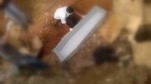 Equipe da funerária durante remoção do corpo ao IML.