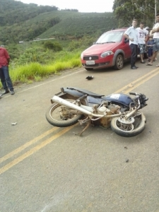 Acidente entre moto e carro no Coqueiro