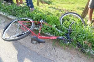 Bicicleta em que a vítima estava; perícia indicou que ele acabou invadindo a faixa.