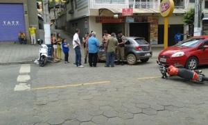 Caminhonete Strada ficou bastante danificada com o acidente, o corpo do jovem foi arrastado por alguns metros e arremessado.