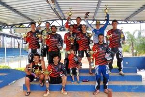 Atletas manhuaçuenses mostram símbolos de importantes vitórias.