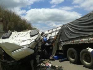 Colisão frontal envolvendo dois caminhões no km 507 da BR-116.