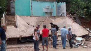 Vizinhos ajudaram a retirar pertences das vítimas dos escombros.