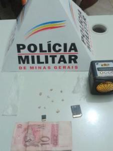 Oito pedras de crack foram apreendidas; drogas eram vendidas a R$ 10 pelos acusados.