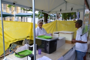 Barracas de comidas típicas e artesanato foram montadas na Praça e mesmo com chuva atraiu a atenção dos transeuntes.
