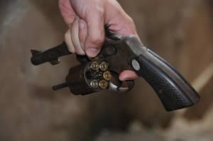 Arma utilizada por Wesley durante o cárcere privado; um disparo foi feito na janela.