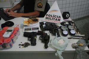 Durante as três ocorrências, foram localizadas três armas, além de drogas e balança de precisão.