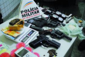 Três armas, drogas, rádios comunicadores e balança de precisão foram alguns dos materiais localizados na operação.