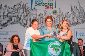 Prefeita e a presidente da Cooperativa Aguapé, Rosângela de Souza, receberam o prêmio das mãos da presidente.