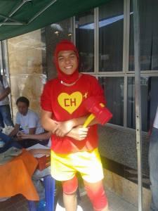 Vestido de Chapolin para atrair compradores, o aluno Bruno falou sobre a importância da ação.
