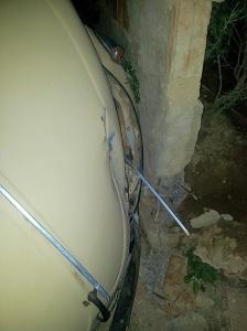 Veículo acabou descendo a rua descontrolado e para evitar um acidente pior, motorista o chocou contra o muro.