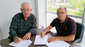 Sebastião Onofre Carvalho, provedor do Hospital e  João Guilherme, presidente do Sindicato dos Trabalhadores de Saúde de Manhuaçu.