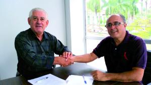 Provedor do HCL e diretor do Sindicato durante assinatura do acordo.